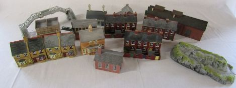 Quantity of model railway buildings, accessories and track (af) - sample shown