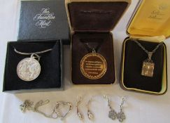 Selection of silver jewellery inc square pendant and chain Birmingham 1978 0.47 o\t, silver gilt