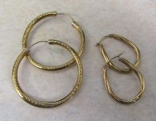 2 pairs of 9ct gold hoop earrings total weight 4.3 g L 2.5 cm and 4 cm