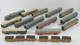 A quantity of Triang Hornby model railway passenger carriages and baggage cars inc Transcontinental