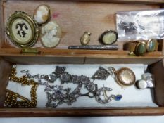 A COLLECTION OF DRESS JEWELLERY AND BIJOUTERIE TO INCLUDE A FILIGREE CIGARETTE HOLDER, SHELL