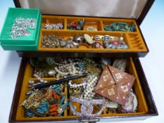 THE CONTENTS OF A VINTAGE JEWELLERY CASE TO INCLUDE A QUANTITY OF COSTUME JEWELLERY.