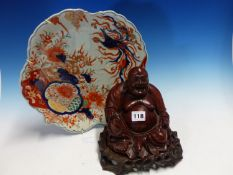 A JAPANESE IMARI LEAF SHAPED PLATE. W 32.5cms. TOGETHER WITH A WOODEN FIGURE OF HOTEI. H 18cms.