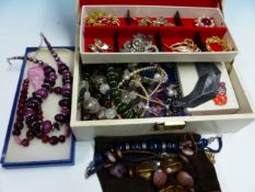 A QUANTITY OF VINTAGE AND OTHER COSTUME JEWELLERY.