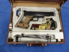 AN EL GAMO PNEUMATIC TARGET AIR PISTOL SERIAL NUMBER 0288577 IN A FITTED CASE WITH ACCESSORIES.