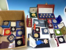 A COLLECTION OF 20th C. CROWN COINS, COMMEMORATIVE MEDALLIONS AND MEDALS, MAINLY CASED.