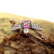 AN ANTIQUE GOLD AND GEMSET BEE BROOCH. THE BODY OF THE BEE IS SET WITH OLD CUT RUBIES AND DIAMONDS