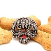 AN ANTIQUE GOLD DIAMOND AND ENAMEL BROOCH, MODELLED IN THE FORM OF A DOGS HEAD, RETAILED BY A LA