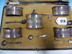 A CASED HALLMARKED SILVER FIVE PIECE CRUET SET WITH ASSOCIATED SPOONS.