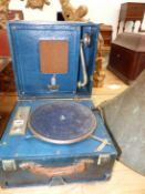 A BLUE LEATHERETTE CASED DULCETTO WIND UP GRAMOPHONE, THE SOUND BOX AND PLAYING ARM WITHIN THE
