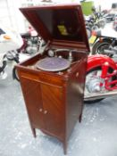 A MAHOGANY CASED PEROPHONE WIND UP GRAMOPHONE WITH THE TURNTABLE ABOVE DOORS OPENING ONTO THE