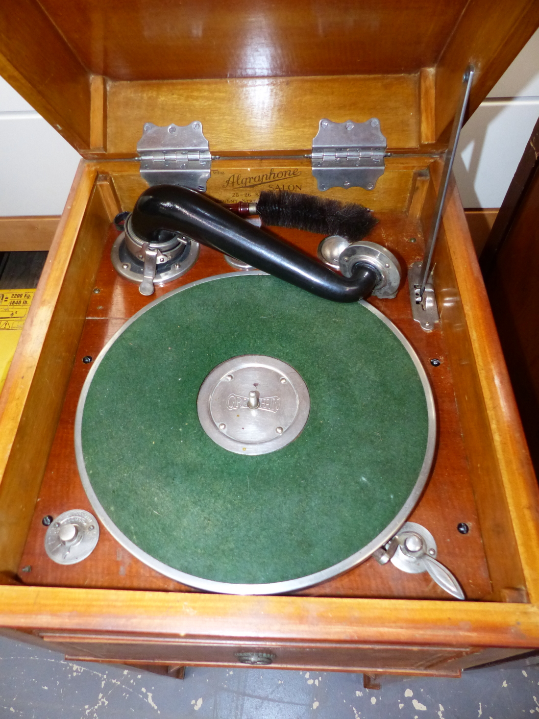 Lot 1101 - A GRAHAM ALGRAPHONE SALON WIND UP GRAMOPHONE IN BANDED SATINWOOD CASE WITH THE SOUND BOX BELOW THE