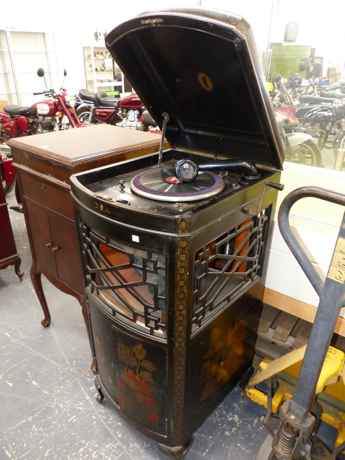 Lot 1100 - A VOX WIND UP GRAMOPHONE IN BLACK GROUND ORIENTAL GILT CASE, A BOW FRONT GRILLE OVER THE SOUND BOX