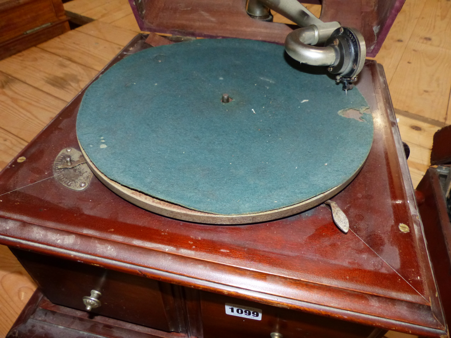 Lot 1099 - A MAHOGANY CASED GRAMOPHONE Co. Ltd. WIND UP GRAMOPHONE, DOORS BELOW THE GREEN BAIZE TOPPED