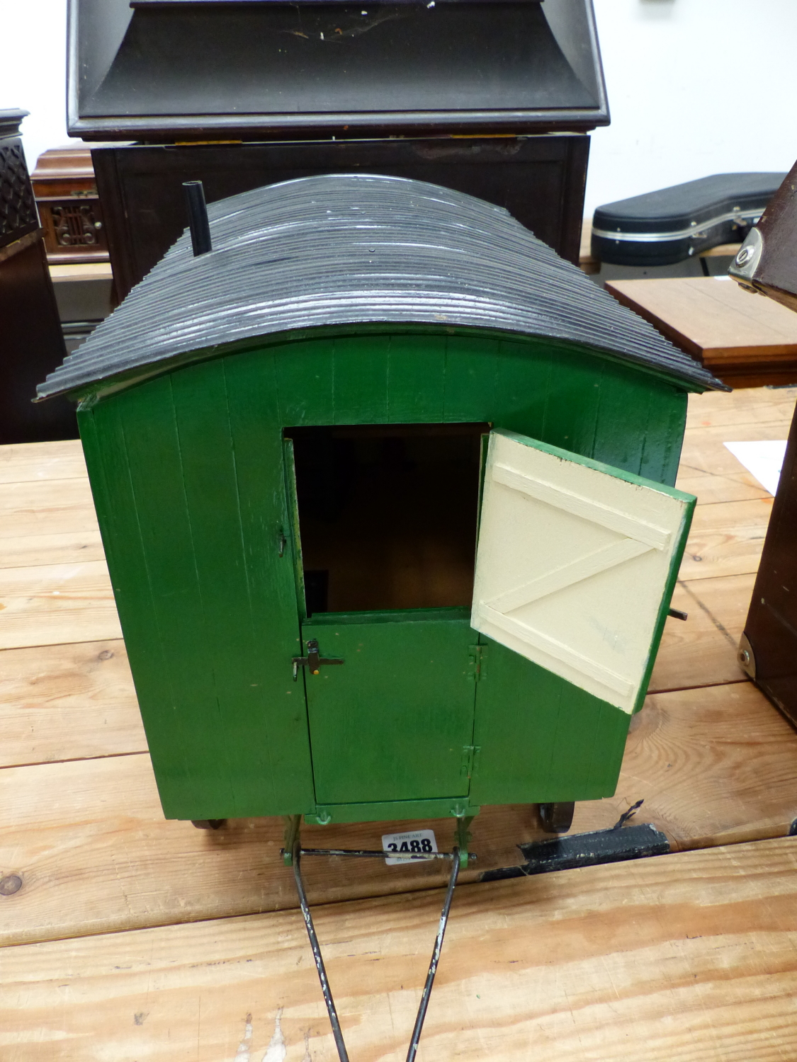 Lot 1301 - A SCALE MODEL GREEN PAINTED SHEPHERDS WAGON WITH BLACK WHEELS AND CORRUGATED IRON ROOF OVER A FITTED