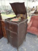 A MAHOGANY CASED HIS MASTERS VOICE WIND UP GRAMOPHONE WITH GILT METAL PLAYING ARM AND GREEN BAIZE
