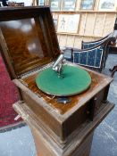 AN OAK CASED WIND UP GRAMOPHONE RETAILED BY ROBERTS & CO, THE TURNTABLE ABOVE DOORS OPENING AT THE