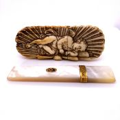 A SMALL 18TH/19TH CENTURY CARVED IVORY TOOTHPICK BOX CARVED WITH SLEEPING CHERUB. TOGETHER WITH A