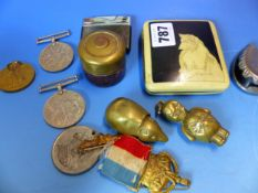 A SMALL COLLECTION TO INCLUDE VARIOUS MEDALS, BUTTON AND BADGES, VESTA CASES, POCKET KNIVES ETC. (