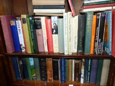 A LARGE COLLECTION OF BOOKS TO INCLUDE MODERN WORKS STATELY HOMES AND GARDENS TOGETHER WITH NOVELS