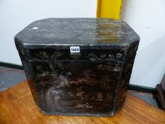 A CHINESE EXPORT LAC BURGAUTE BOX, THE CANTED RECTANGULAR LID HINGED THE MOTHER OF PEARL INLAID