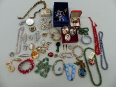 A COLLECTION OF VINTAGE AND MODERN JEWELLERY.