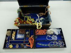 A COLLECTION OF VINTAGE AND LATER JEWELLERY CONTAINED IN A LEATHER COVERED JEWELLERY CASE, TO