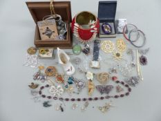 A SILVER HALLMARKED ROY KING WATCH TOGETHER WITH WITH A QUANTITY OF COSTUME JEWELLERY AND
