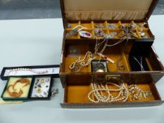 A JEWELLERY CASKET AND CONTENTS TO INCLUDE A BUTLER AND WILSON BAR BROOCH, A HALLMARKED SILVER