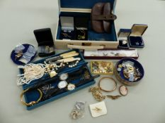 A COLLECTION OF VINTAGE JEWELLERY TO INCLUDE A 9ct GOLD BANGLE, A SILVER AND MARCASITE BROOCH, RAF
