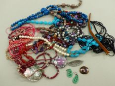 A COLLECTION OF COSTUME BEADS AND BROOCHES.