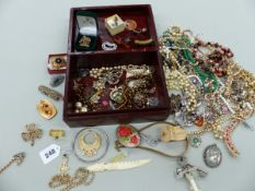 A COLLECTION OF COSTUME JEWELLERY TO INCLUDE BEADS, BANGLES, BROOCHES ETC.