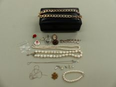 A COLLECTION OF JEWELLERY CONTAINED IN A LEATHER TRAVEL CASE CONSISTING OF MAINLY COSTUME AND
