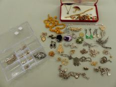 A COLLECTION OF JEWELLERY TO INCLUDE A SILVER VINTAGE CHARM BRACELET,A SILVER INGOT, BRACELETS,