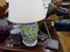A QUANTITY OF TABLE LAMPS.