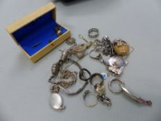 A SMALL GROUP OF SILVER AND GOLD AND OTHER JEWELLERY