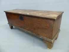 AN 18th C. OAK COFFER WITH SINGLE PLANK LID AND SIDES ABOVE BRACKET FEET. W 118 x D 37 x H 47.5cms.
