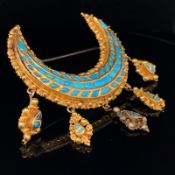 AN UNHALLMARKED 18ct GOLD AND TURQUOISE CRESCENT BROOCH WITH ARTICULATED PENDANT DROPS. GROSS WEIGHT
