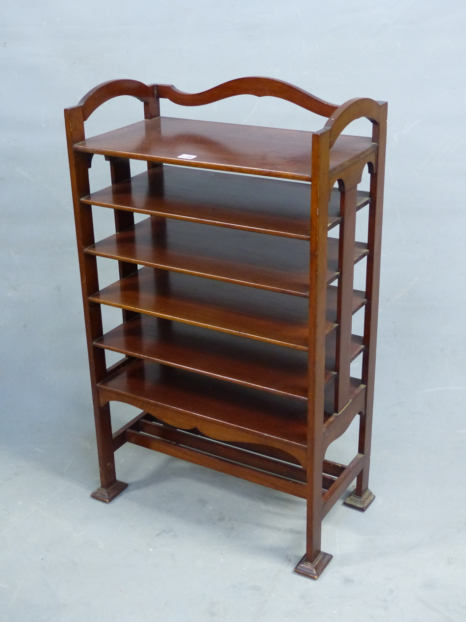 AN ARTS AND CRAFTS STYLE MAHOGANY MUSIC SHELF IN THE MANNER OF SHOOLBRED. 56cm x 31cm x 93cm (H).