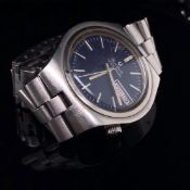 A GENTS VINTAGE BULOVA ACCUTRON WATCH ON A STAINLESS STEEL BRACELET STRAP STAMPED 1033. BLUE DIAL