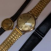A MARVIN REVUE GENTLEMANS 9ct GOLD CASED WRIST WATCH ON A GOLD PLATED BRACELET STRAP, TOGETHER