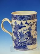 A LATE 18th/EARLY 19th C. CHINESE BLUE AND WHITE QUART MUG WITH THE CYLINDRICAL SIDES PAINTED WITH