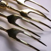 A SET OF FOUR VICTORIAN HALLMARKED SILVER GILT TWO PRONG CARVING FORKS WITH MARBLE HANDLES. DATED