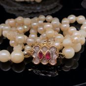 A COLLECTION OF JEWELLERY TO INCLUDE A 21ct GOLD OPEN WORK RING, A 9ct GOLD DIAMOND AND RUBY BAR