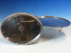 A PAIR OF GEORGIAN SILVER HALLMARKED OVAL TRAYS CENTRED WITH AN ENGRAVED ARMORIAL CREST. EACH WITH