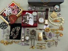 A SELECTION OF JEWELLERY AND WATCHES TO INCLUDE SILVER AND COSTUME PEICES