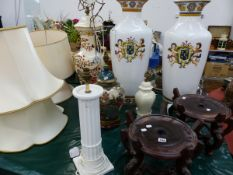 A VERY LARGE PAIR OF VASES ON ASSOCIATED STANDS, TOGETHER WITH A MASONS PATTERN LARGE TABLE LAMP AND