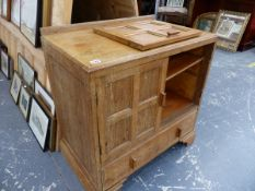 AN ARTS AND CRAFTS OAK SMALL SIDE CABINET.