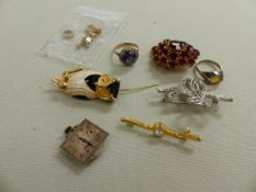 A VINTAGE GOLD AND STONE SET RING, FOUR COSTUME BROOCHES, A SILVER RING, A J W BENSON WRIST WATCH