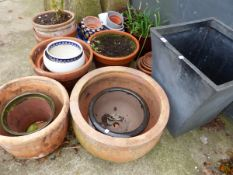 A QUANTITY OF TERRACOTTA PLANT POTS OF VARIOUS SIZES.